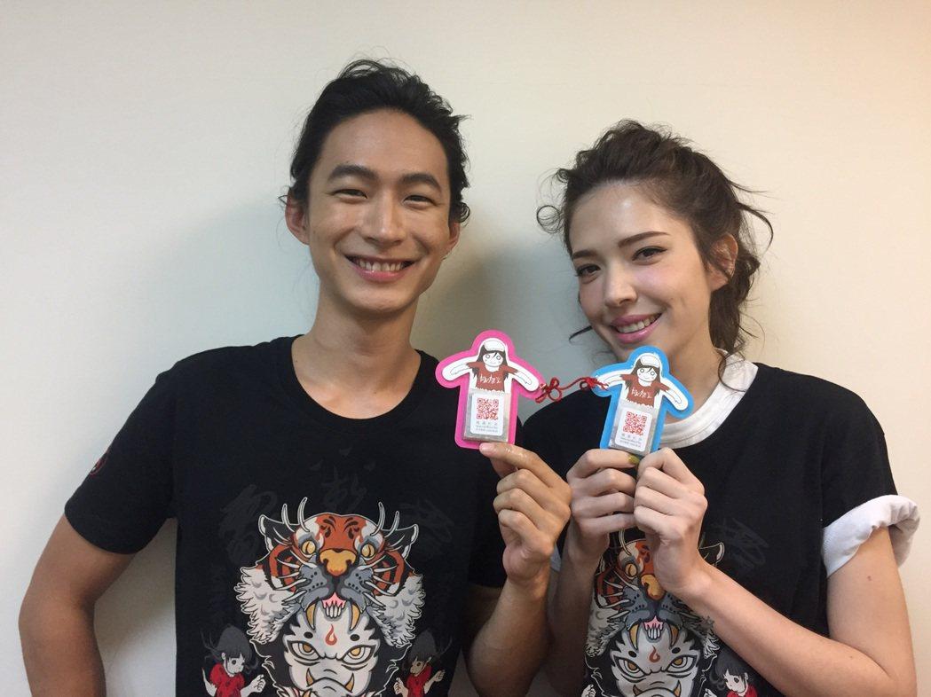 許瑋甯(右)與黃河(左)宣傳新片「紅衣小女孩2」,擔任七夕活動一日店長。圖/威視...