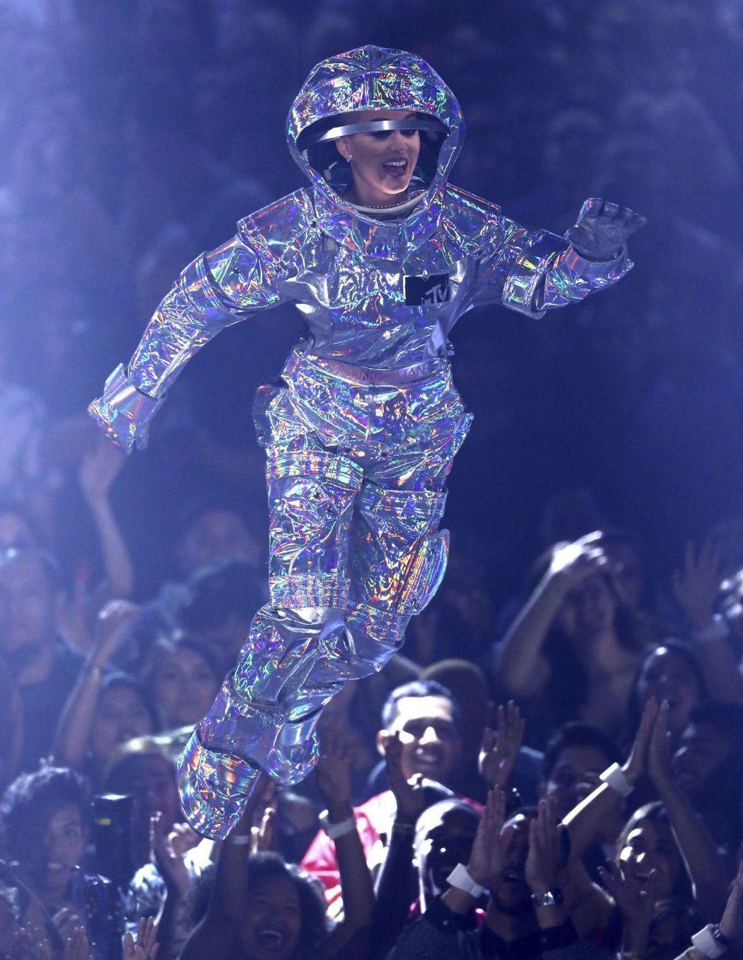 凱蒂佩芮擔任主持人,以太空人裝出場。 圖/美聯社