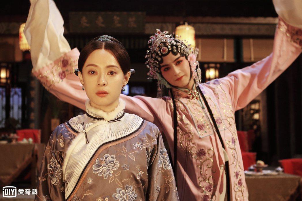 陳曉(右)花旦扮相太美,孫儷直呼求合照。圖/愛奇藝台灣站提供
