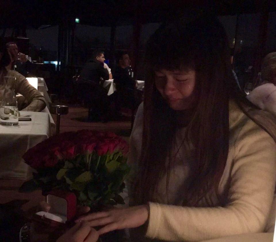 小小瑜在巴黎接受男友求婚,感動落淚。圖/摘自小小瑜臉書