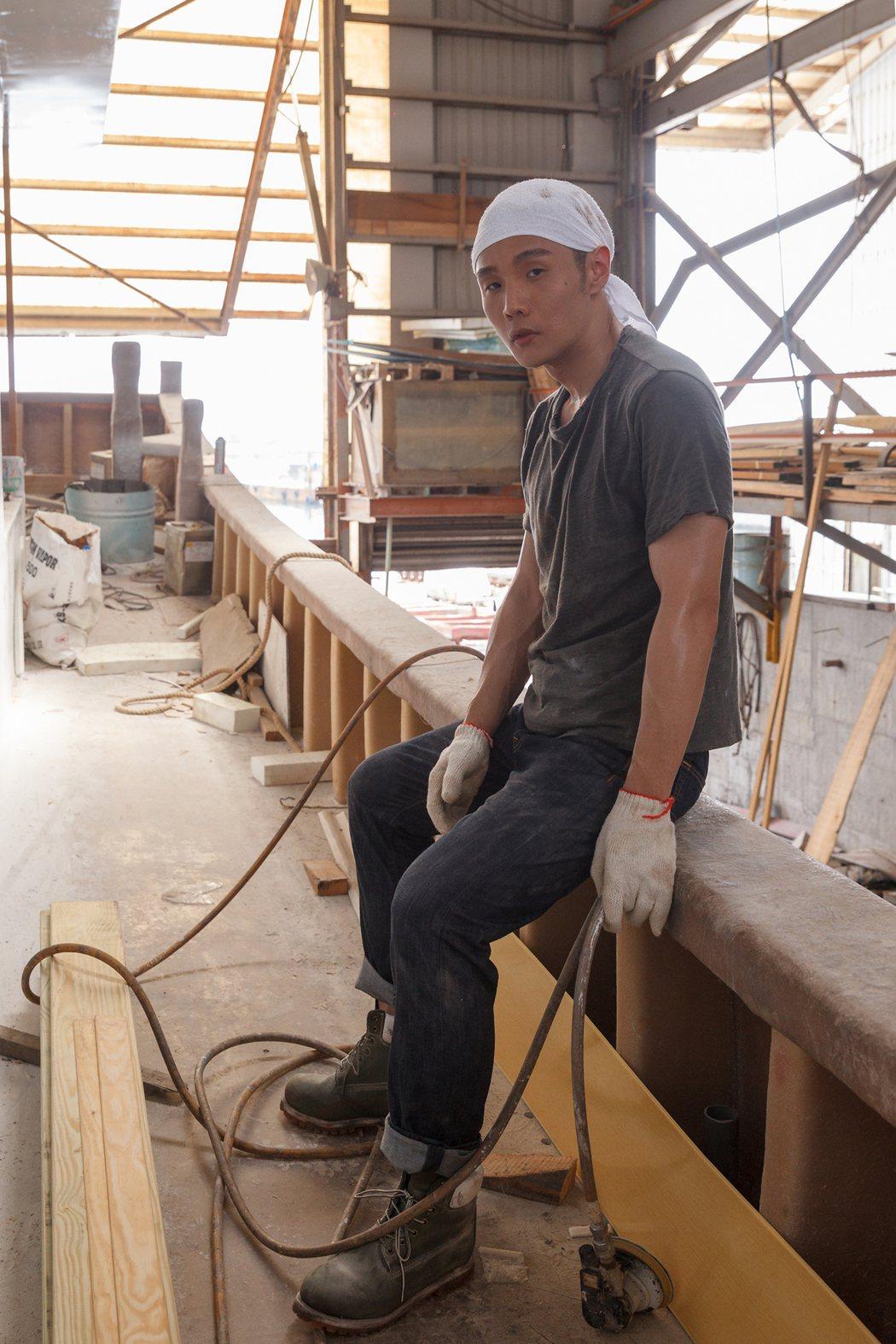 李榮浩為新歌變身工人。圖/華納音樂提供