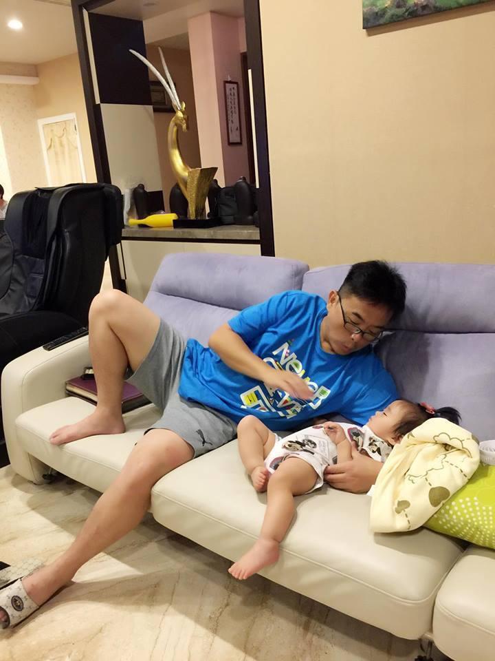 黃雨欣分享老公照顧小孩的照片。圖/摘自臉書