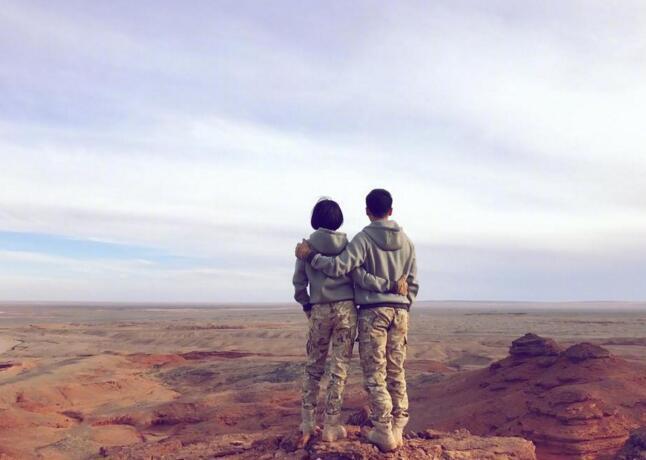 范冰冰七夕霸氣放閃,微博分享與男友情侶裝相摟照。圖/摘自微博