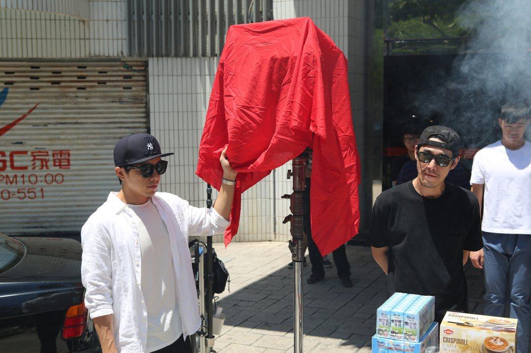 謝坤達(左)、黃騰浩出席新戲開鏡儀式。圖/機密訊號劇組提供