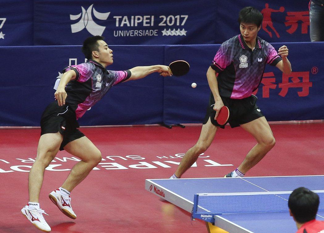 陳建安(左)、江宏傑(右)在桌球年終決賽,繼世大運後再次輸給日本的大島祐哉、森薗...