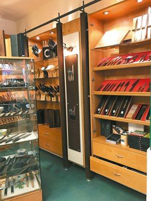 刀具店的陳列非常直觀,但也必須呈現出各別特性,因此可以看到店家在貨架上做了不一樣...