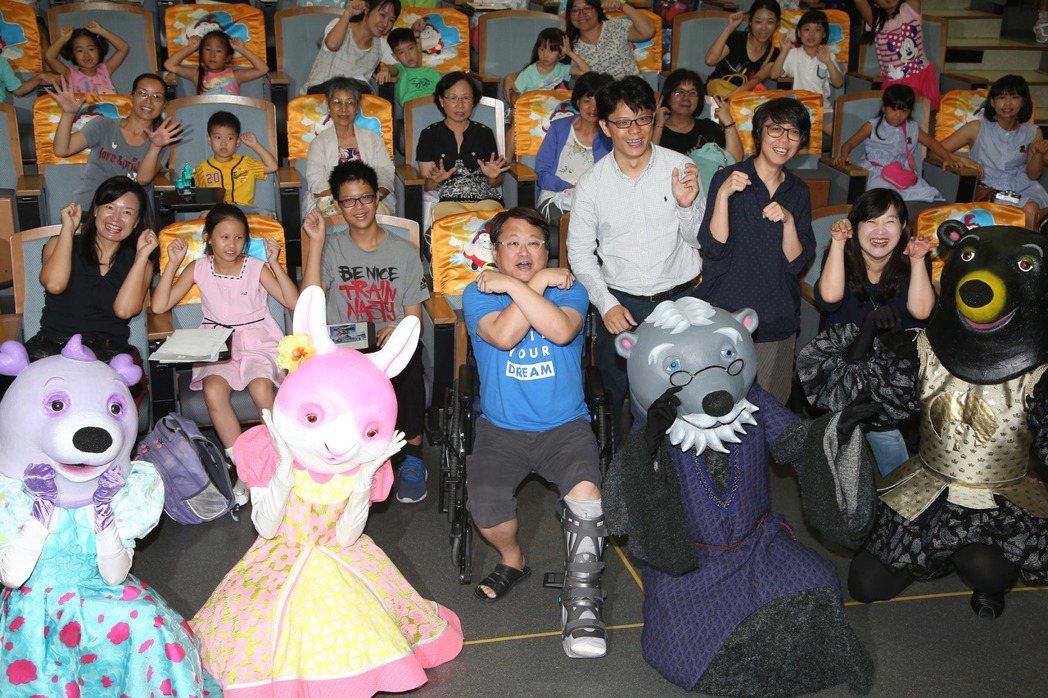 趙自強(中)坐輪椅出席公視「熊星人和地球人」試片。記者陳瑞源/攝影