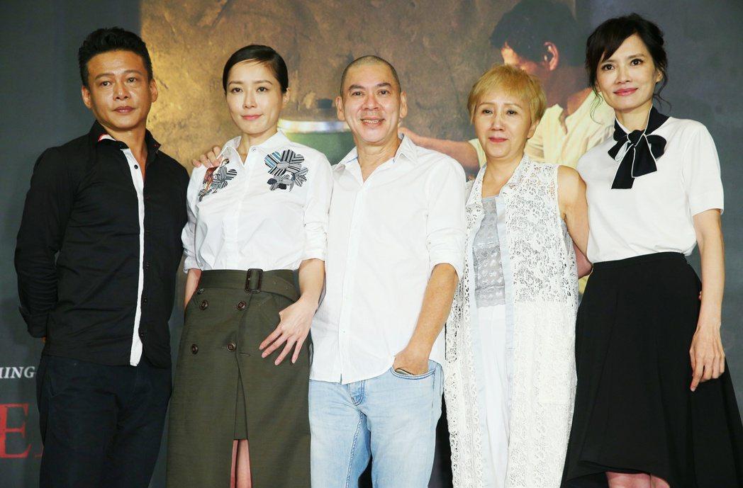 蔡明亮新作「家在蘭若寺」前進威尼斯記者會舉行,主要演員李康生(左起)、尹馨、導演