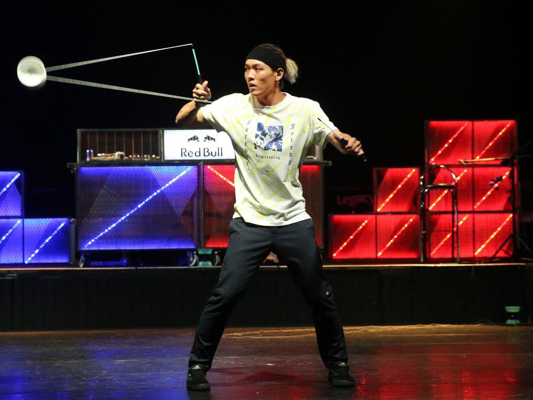扯鈴世界冠軍趙志翰昨晚舉辦一場結合扯鈴、電音、饒舌演出的玩強扯鈴電音派對,趙志翰