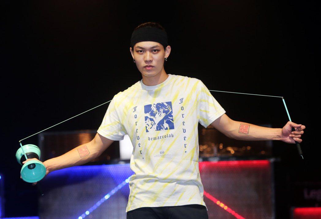 扯鈴世界冠軍趙志翰昨晚舉辦一場結合扯鈴、電音、饒舌演出的玩強扯鈴電音派對,趙志翰...