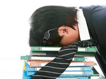 許多上班族感到被工作榨乾,回家無力再做其他事,經常難以入睡。 報系資料照