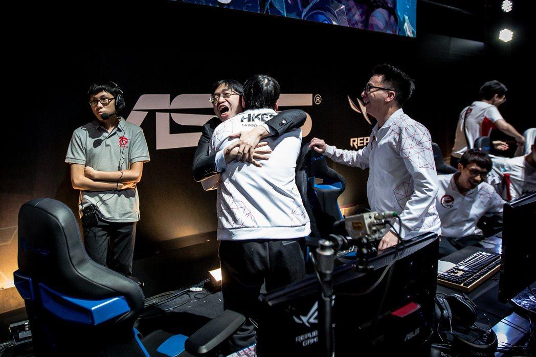比賽結束的瞬間 HKA 全體隊員欣喜若狂,慶祝即將前進世界大賽。