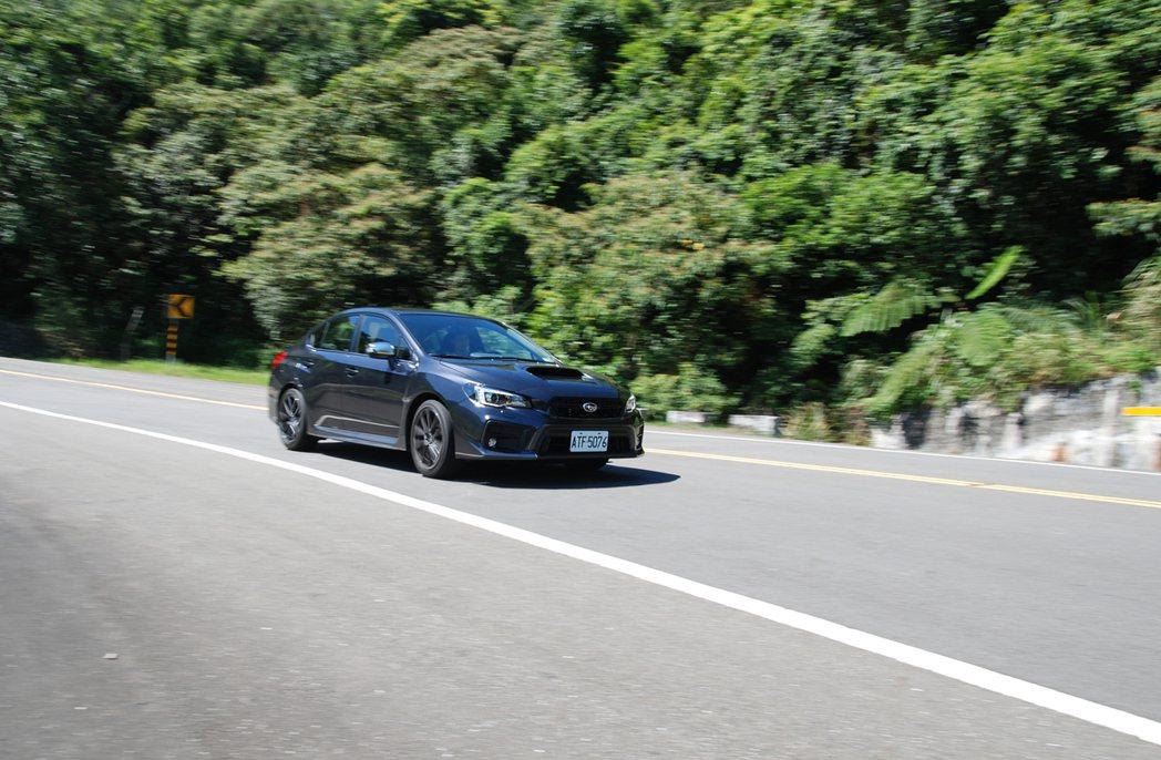 WRX 路感相當清晰,在激烈操駕時會讓駕駛嘴角不自覺上揚。 記者林鼎智/攝影