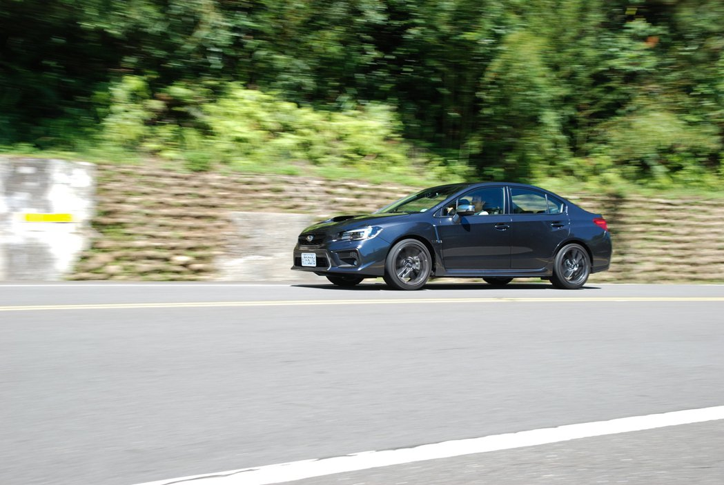 雖然 CVT 變速箱的輸出力道不若手排車型來的直接,但無段變速箱的便利性也能讓不...