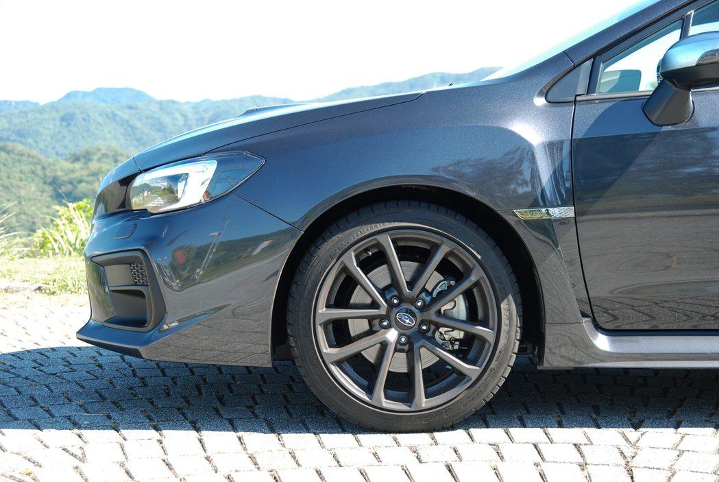 原廠 WRX 採用 245/40 R18 、Dunlop SPORT MAXX RT 的胎框組合。 記者林鼎智/攝影