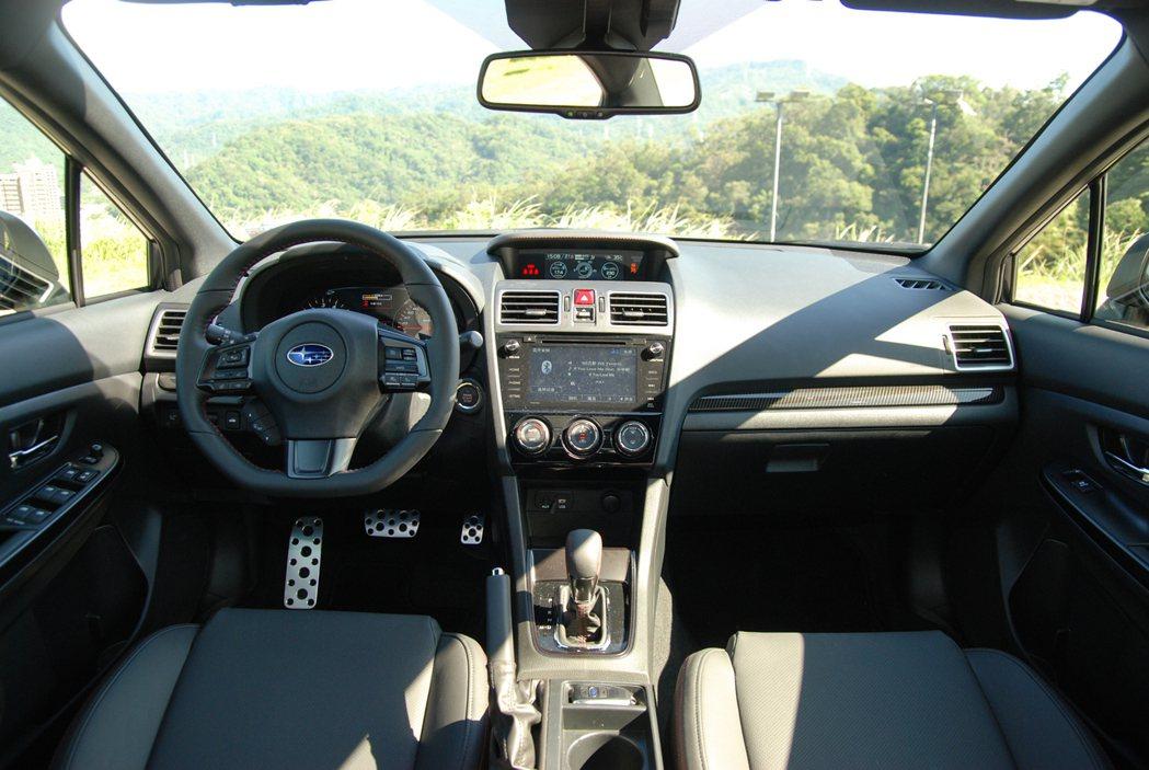 內裝方面,WRX 換上了 5.9 吋的多功能行車資訊顯示螢幕,並在儀表與增壓表設計上有所不同。 記者林鼎智/攝影