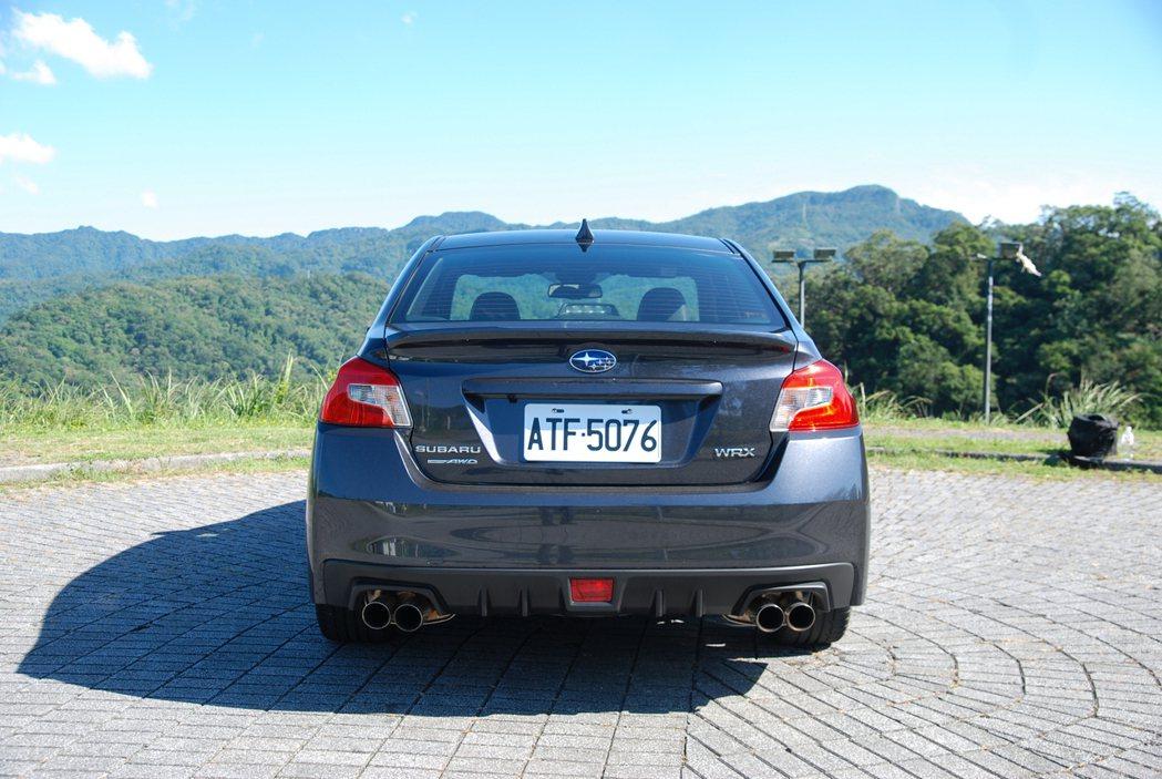 相較於 STI 那顯眼的大型尾翼,WRX 的車尾設計可以說是較為低調。 記者林鼎...