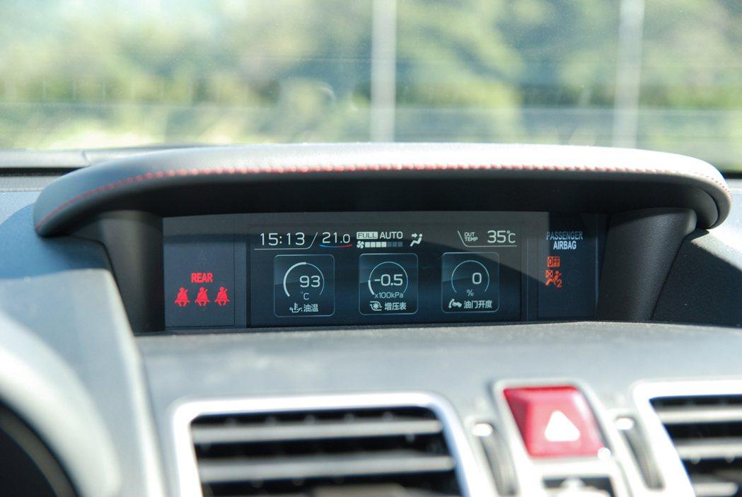 中控台上方的多功能行車資訊顯示螢幕從原本的 4.3 吋加大到 5.9 吋,提供良好的辨識效果。 記者林鼎智/攝影