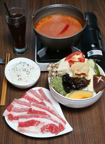 泰式酸辣鍋,售價320元,可擇肉品、飲品。