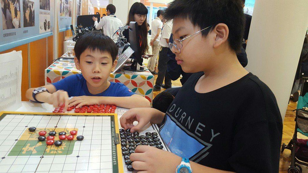 文藻外大設計創新教具英語字首字尾五子棋,民眾現場體驗。 文藻/提供。