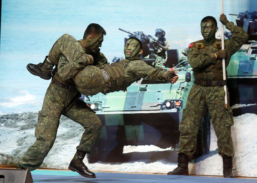 國防部形象連續劇「最好的選擇」下午在台北市中山堂舉行首映會,國軍特戰隊進行戰技表...