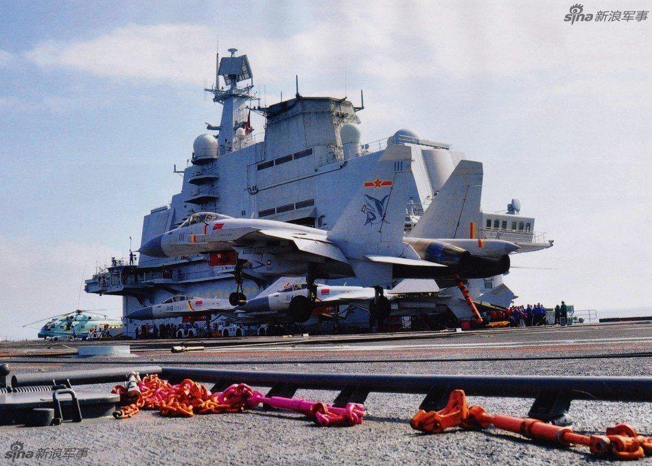 中共海軍殲-15艦載機在遼寧艦降落。 圖/新浪軍事
