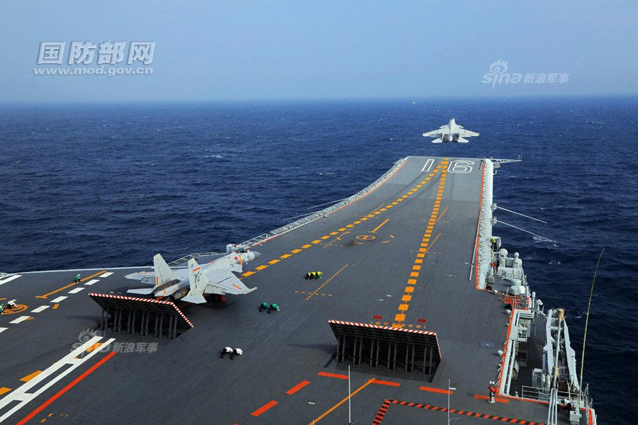中共海軍殲-15艦載機在遼寧艦滑躍起飛。 圖/新浪軍事