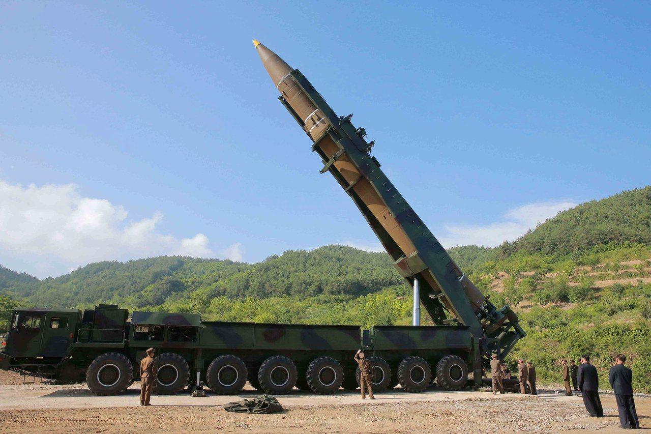 圖為北韓火星12號中程彈道飛彈。(歐新社)