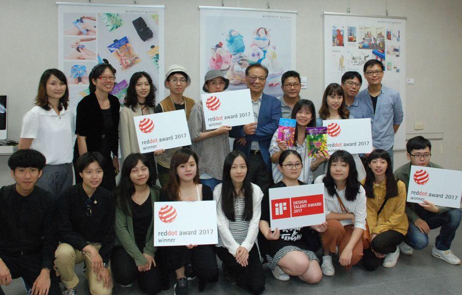 台南應用科大視傳系師生獲國際設計大獎。圖/視傳系老師提供