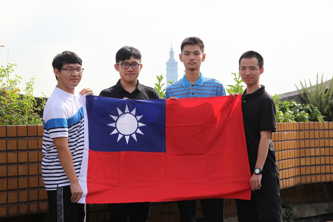 我國今年參加地科奧林匹亞賽獲2金2銀,世界排名第二,圖為參賽學生吳宗勳(左起)、...