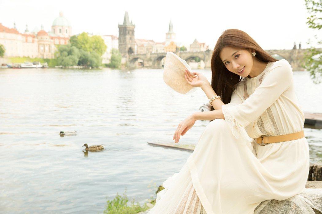 林志玲拍年曆獨自享受布拉格的浪漫氣氛。圖/志玲姊姊慈善基金會提供