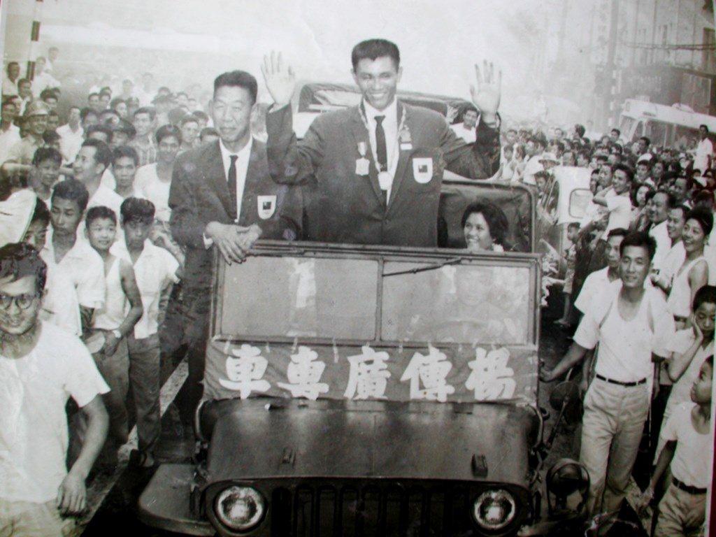 「亞洲鐵人」楊傳廣在1960年羅馬奧運奪銀,返國受到英雄式歡迎,當時盛況堪稱萬人...