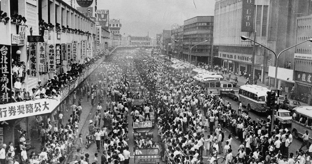 1969年,金龍少棒隊首次勇奪世界冠軍,遊行時受到市民熱烈歡迎,幾乎塞爆道路。 ...