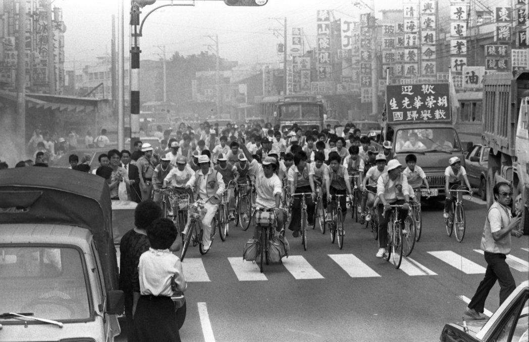 號稱「自行車橫跨世界第一人」的胡榮華凱旋歸國,各界為了歡迎他,特地騎上單車遊行市...