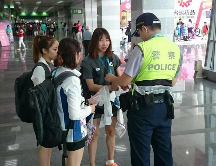 1名南韓籍女選手準備進場比賽,不慎將手機遺留接駁車上,警方檢查車輛拾獲手機物歸原...