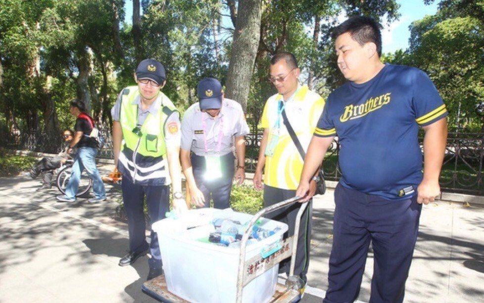 世大運期間天氣炎熱,台北市信義警分局在田徑公路賽時,將冷飲送到沿途站崗員警手上消...