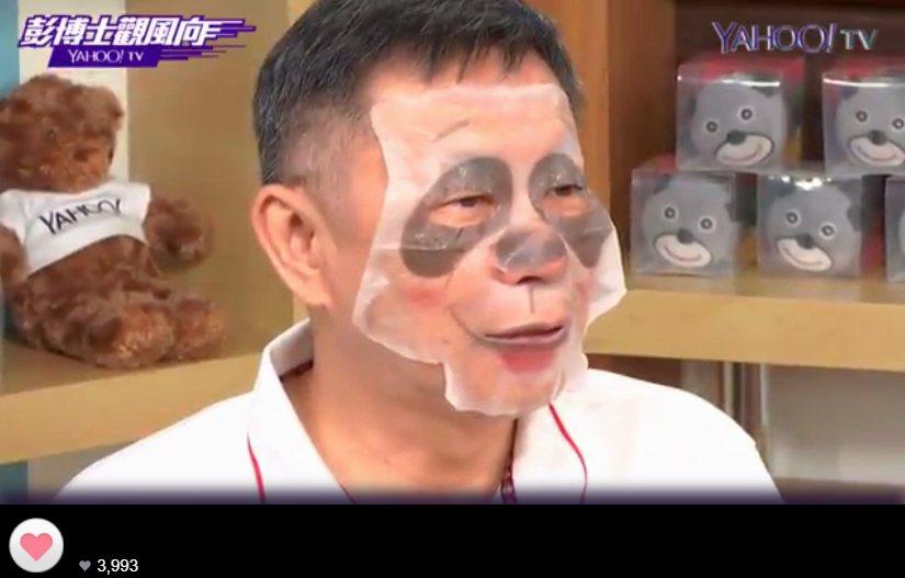宣傳世大運,台北市長柯文哲接受網路媒體專訪時敷上貓熊面膜,「笑」果驚人。 記者邱...