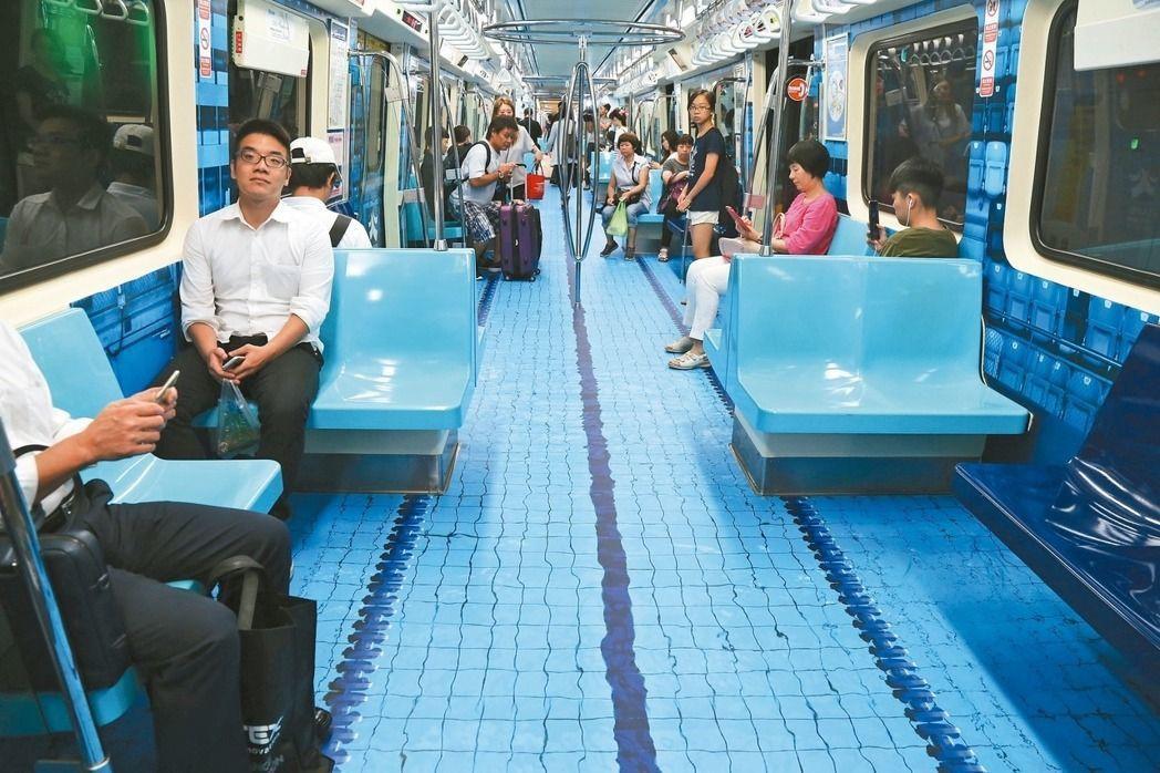 北捷的「泳池」車廂逼真有如在水上行走,引起話題。 本報資料照片