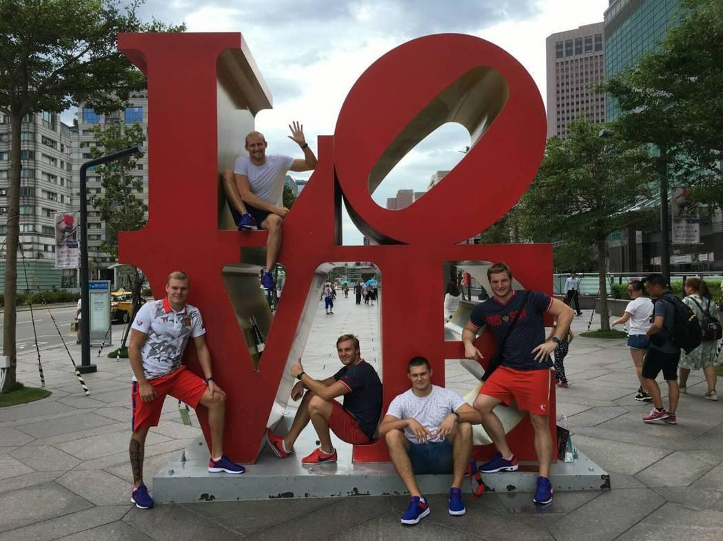 世大運期間,外國選手走訪台北101等觀光景點,並在個人的社群媒體發文,行銷台灣。...