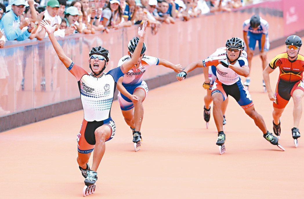 黃玉霖(左)和柯福軒(右二)攜手破風,在滑輪溜冰男子1000公尺爭先賽拿到金、銀...
