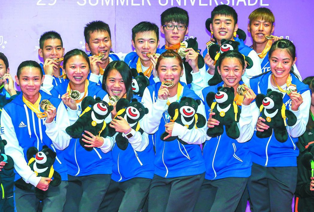中華羽球隊團體賽首金,全隊開心領獎。
