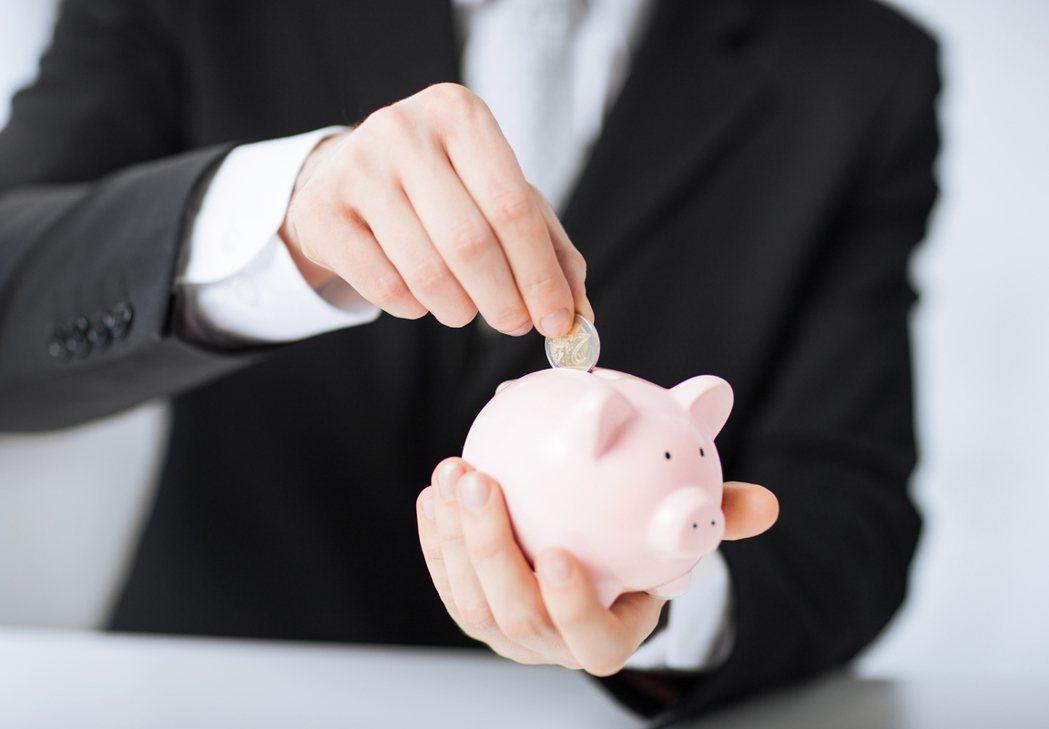 主計總處在5月公布國民所得統計的預測,105年超額儲蓄率13.7%,106年則為...