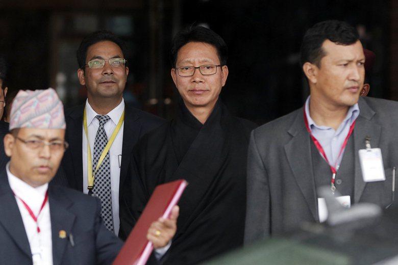 印度外長斯瓦拉吉在8月11日與不丹外長多爾吉(中)見面時,曾當面警告多爾吉,勿受中國的欺騙而背叛印度。 圖/美聯社
