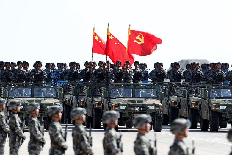 儘管習近平在8月1日解放軍建軍九十週年的演講發出強硬訊號,但這並不代表中國的宣傳部門、外事單位此前的「表演」,需要弄巧成拙到讓自己在整個局勢中陷入騎虎難下之勢。 圖/新華社