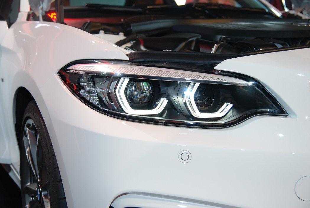 小改款後的 2-Series Coupe 皆換上六角型光圈燈條。 記者林鼎智/攝影