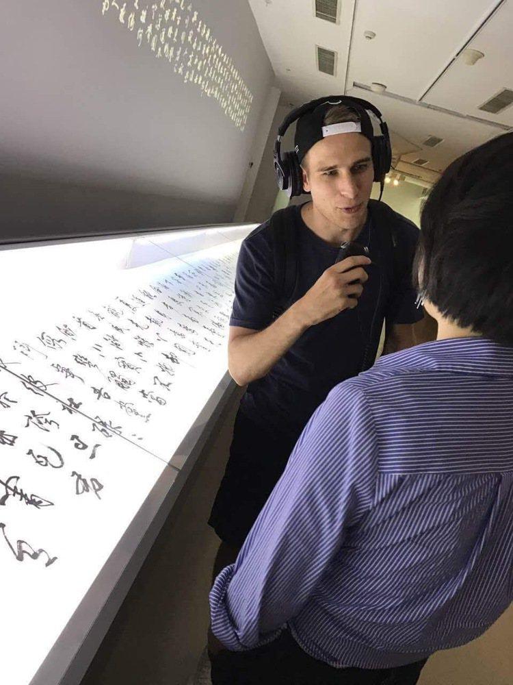 張大春在北京和莫言、北島等20多位作家聯展,他出一張15米長卷。圖/張大春提供