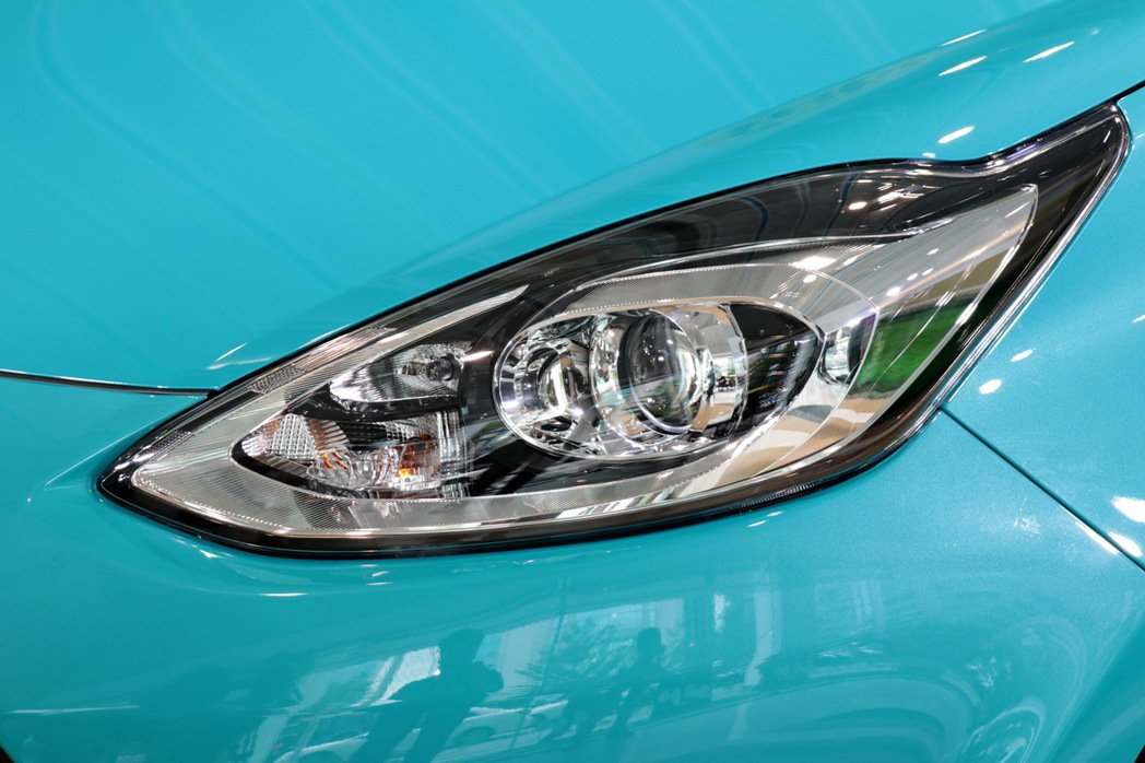 Prius c採用遠近光整合式Bi-Beam頭燈。 記者陳威任/攝影
