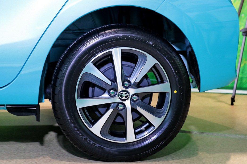 運動風格強烈的15吋Two-Tone削切式設計鋁圈。 記者陳威任/攝影
