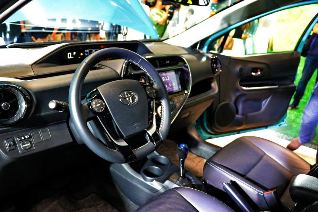 Prius c內裝運用鋼琴烤漆與鍍鉻飾條點綴,大幅提升質感。 記者陳威任/攝影