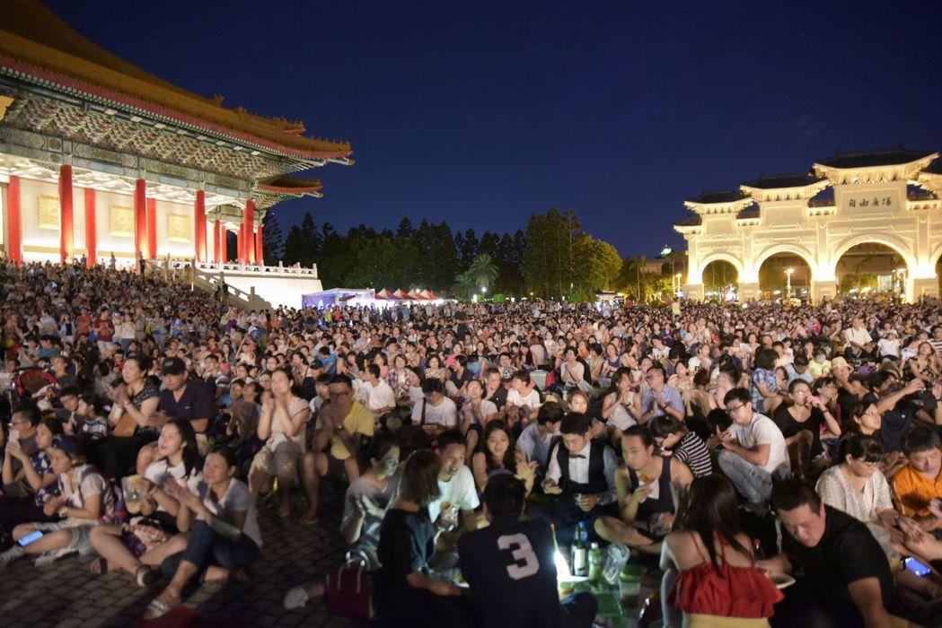 2017年兩廳院夏日爵士戶外派對再次吸引數以萬計的觀眾熱情參與。圖/台灣賓士提供
